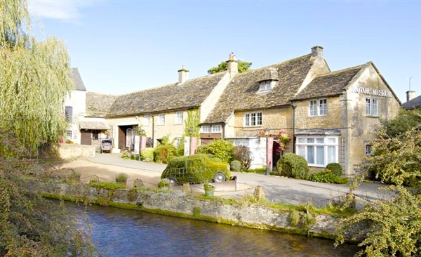 Cotswold Cottages located in the heart of Bourton-on-the-Water
