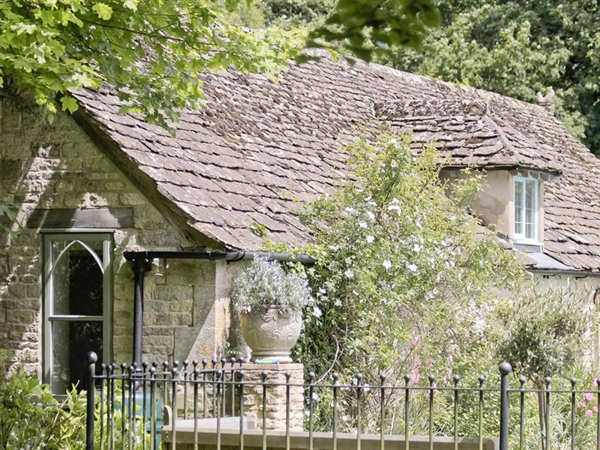 Downs Barn Lodge holiday cottage near Nailwsorth in the Stroud Valleys in the Cotswolds