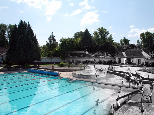 A Lido 'Good Friday' - Cheltenham's outdoor swimming pools open date!